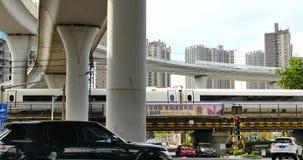 4k upptagen stads- trafik, snabb stång som långsamt ut drar under planskilda korsningen, porslin arkivfilmer