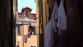 4K Vêtements accrochant sur la façade d'une maison sur une rue étroite à Venise, Italie banque de vidéos