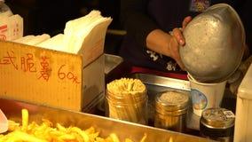 4K van een populair Frans-gebraden voedsel bij de nachtmarkt van straatazië in Taipeh stock footage