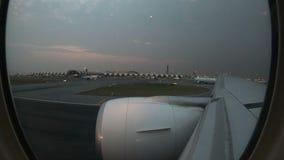 4K van het vliegtuigvensters van de tijdtijdspanne inflight commerciële de meningsstart bij Suvarnabhumi-Luchthaven stock videobeelden