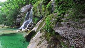 4K Vattenfall Virje i slovenska fjällängar, blått vatten och gräsplanskogen Julian Alps, Bovec område, Slovenien, Europa för reng arkivfilmer