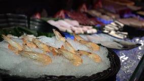 4K, verse ruwe garnalenzeevruchten en sashimi in buffetlijn in Taiwan Een hotpot stock video
