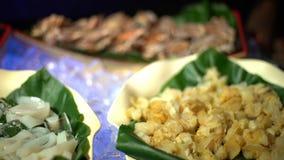 4K, verse ruwe zeevruchten in buffet in Taiwan Krabben, tweekleppige schelpdieren en mosselen op ijs stock video