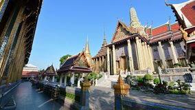 4K verzierte reich goldene Gebäude des großartigen Palasttempels in Bangkok stock video