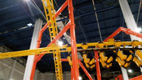 4k video van achtbaan het berijden in pretpark bij winkelcomplex stock videobeelden