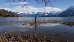 4K video van de bergen en Meer Thun van Berner Oberland van Thun-stad stock videobeelden