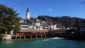 4K video van het beroemde oude Thun-Kasteel en de houten brug zwitserland stock videobeelden