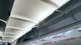 4k video van het koelen van vliegtuig Koude stoom die van luchtopeningen bij het plafond stromen stock videobeelden
