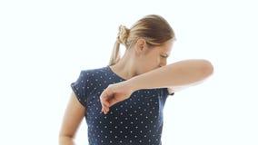 4k video van jonge vrouw die slecht en stank zweet heeft onder oksels stock footage