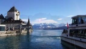 4K video van Oberhofen-kasteel en van Berner Oberland bergen stock video