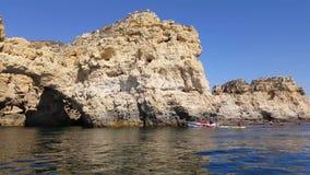 4k video van reusachtige rotsen bij het klippenstrand van Praia DA Marinha, mooi verborgen strand dichtbij Lagoa Algarve Portugal stock footage