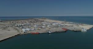 4K video Vrachtschepen in Bautino-haven in het Kaspische Overzees worden vastgelegd die stock video