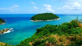 4K videoclip, il punto di vista del mare della spiaggia di vista sul mare più bello di estate a Phuket, Tailandia video d archivio