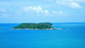 4K videoclip, il punto di vista del mare della spiaggia di vista sul mare pi? bello di estate a Phuket, Tailandia video d archivio