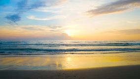 4K videoclip, il punto di vista del mare della spiaggia di vista sul mare pi? bello di estate a Phuket, Tailandia stock footage