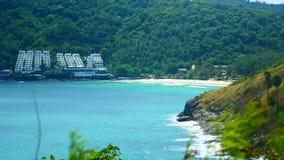 4K videoclip, il punto di vista del mare della spiaggia di vista sul mare pi? bello di estate a Phuket, Tailandia archivi video