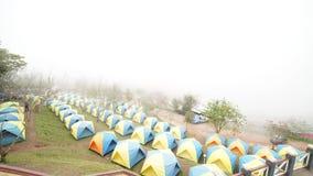 4k videoclip - tijdtijdspanne de mist die op landschappen lopen die in de winter kamperen stock videobeelden