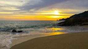 4K videoclip, tramonto nel mare A Phuket, terra 2019 della Tailandia stock footage
