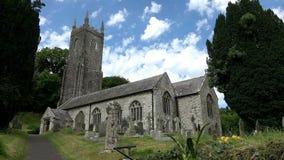 4K: Vieja yarda de la iglesia y del sepulcro en Inglaterra Reino Unido almacen de video