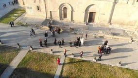 4k visión aérea, gente alrededor del cierre de la iglesia para arriba metrajes