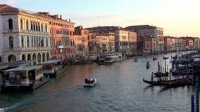 4K Visión desde el puente de Rialto de Grand Canal Venecia G?ndolas y barcos almacen de metraje de vídeo