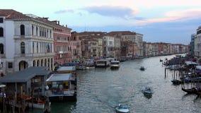 4K Visión desde el puente de Rialto de Grand Canal Venecia G?ndolas y barcos metrajes