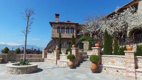 4K Visión panorámica desde la terraza del gran monasterio de Meteoron Valle de Thessaly con los monasterios en el acantilado Roca almacen de video