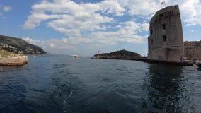 4K Visiónes desde un transbordador turístico que entra en el puerto de la ciudad vieja de Dubrovnik metrajes