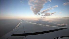 4K, vista aérea de Taiwan O passageiro POV vê o plano da asa viajar pelo ar video estoque