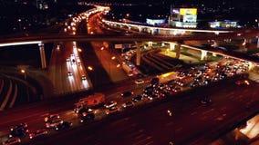 4K Vista aérea del intercambio del camino de la carretera con el tráfico urbano ocupado que apresura en el camino en la noche Red almacen de video