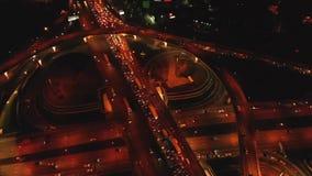 4K Vista aérea del intercambio del camino de la carretera con el tráfico urbano ocupado que apresura en el camino en la noche Red metrajes