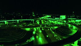 4K Vista aérea del intercambio del camino de la carretera con el tráfico urbano ocupado que apresura en el camino en la noche Red almacen de metraje de vídeo