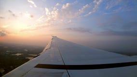 4K, vista aérea hermosa de Taiwán con puesta del sol Crepúsculo y ala del avión almacen de metraje de vídeo