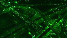 4K Vista aerea di scambio della strada della strada principale con traffico urbano occupato che accelera sulla strada alla notte  archivi video