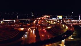 4K Vista aerea di scambio della strada della strada principale con traffico urbano occupato che accelera sulla strada alla notte  video d archivio