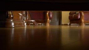 4K vista de debaixo da cama a joia caiu ao assoalho video estoque