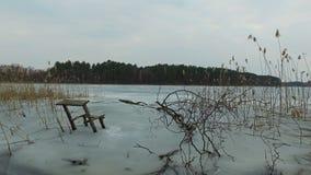 4K Vista panorámica del lago congelado salvaje en la primavera temprana, lugar agradable para pescar metrajes