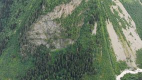 4k - Vista panorâmica de surpresa em uma montanha verde, ação aérea em Geórgia video estoque