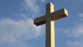 4K Vitt kors på monteringen Srd, ett lågt berg i Dubrovnik, Dalmatia, Kroatien stock video