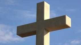 4K Vitt kors på monteringen Srd, ett lågt berg i Dubrovnik, Dalmatia, Kroatien arkivfilmer