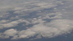 4K vliegtuig die boven de Wolken vliegen stock video
