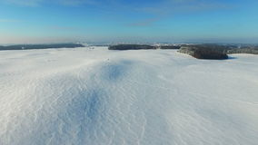 4K Vlucht boven sneeuwgebieden in de winter, de luchtwoestijn van de panoramasneeuw stock footage