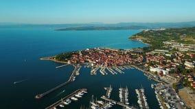 4K Vlucht over oude stad Izola in Slovenië, luchtpanorama met jachthaven bij zonsondergang Adriatisch overzees kustschiereiland v stock footage
