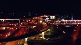 4K Vogelperspektive des Landstraßenstraßenaustausches mit dem beschäftigten Stadtverkehr, der auf die Straße nachts beschleunigt  stock video