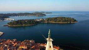 4K Volo sopra bello Rovigno ad alba Vista panoramica aerea di mattina di vecchia città di Rovigno e della chiesa della st Euphemi video d archivio