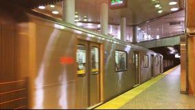 4K von Du Pont Station Toronto dort sind z.Z. 4 U-Bahnlinien mit ersten im Jahre 1954 sich öffnen Ungefähr 2 75 Passagiere ein Ta stock video