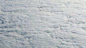 4K voyageant par avion Vue merveilleuse de ciel et de nuages ci-dessus Vol plat banque de vidéos
