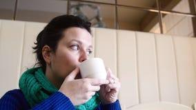 4K vrij jonge vrouwenzitting bij koffie het drinken thee stock video