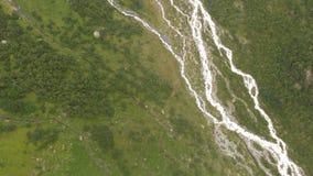 4k - vue de la taille de la vallée de montagne avec la rivière, action aérienne banque de vidéos