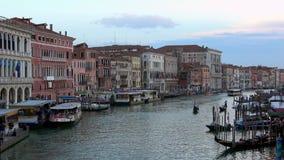 4K Vue du pont de Rialto de Grand Canal Venise Gondoles et bateaux banque de vidéos